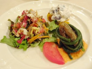 花豆、かぼちゃ、リコッタチーズのサラダ、焼きなすとながーいインゲンのトマトバジリコソース