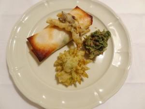 ふきのとう、里芋、じゃが芋の包み焼きとにんじんの葉、亜麻のフリット