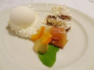 モスタルダ(辛子風味の果物の砂糖漬け)と牛乳アイスクリーム